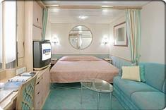 ツインベッドにソファ、バスアメニティーなど、クルーズライフに欠かせないものが揃った客室です。