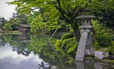 日本三名園のひとつとして知られる石川県・金沢市のイチオシの人気スポット「兼六園」の情報ページです。兼六園の見どころ、ベストシーズン、アクセスのコツ、合わせて立ち寄りたい名所など観光のポイントから地図、ハイライト動画まで幅広くご案内しています。詳細はこちらからご覧ください。