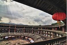 「土楼」と呼ばれる集合住宅で知られる中国・福建省のイチオシの人気スポット「福建土楼」の情報ページです。福建土楼の見どころ、ベストシーズン、アクセスのコツ、合わせて立ち寄りたい名所など観光のポイントから地図、ハイライト動画まで幅広くご案内しています。詳細はこちらからご覧ください。