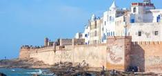 アフリカン音楽の祭典「グナワフェスティバル」で知られるモロッコ中部のイチオシの人気スポット「エッサウィラ」の情報ページです。エッサウィラの見どころ、ベストシーズン、アクセスのコツ、合わせて立ち寄りたい名所など観光のポイントから地図、ハイライト動画まで幅広くご案内しています。詳細はこちらからご覧ください。