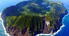 船の就航率が50%!上陸の難しい秘境の島として知られる東京都・青ヶ島村のイチオシの人気スポット「青ヶ島」の情報ページです。青ヶ島の見どころ、ベストシーズン、アクセスのコツ、合わせて立ち寄りたい名所など観光のポイントから地図、ハイライト動画まで幅広くご案内しています。詳細はこちらからご覧ください。
