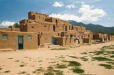 世界最古の集合住宅で知られるアメリカ・ニューメキシコ州のイチオシの人気スポット「タオスプエブロ」の情報ページです。タオスプエブロの見どころ、ベストシーズン、アクセスのコツ、合わせて立ち寄りたい名所など観光のポイントから地図、ハイライト動画まで幅広くご案内しています。詳細はこちらからご覧ください。