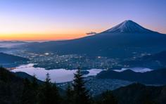 世界中から愛される日本一の山、静岡県・山梨県のイチオシの人気スポット「富士山」の情報ページです。富士山の見どころ、ベストシーズン、アクセスのコツ、合わせて立ち寄りたい名所など観光のポイントから地図、ハイライト動画まで幅広くご案内しています。詳細はこちらからご覧ください。