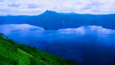 世界一クラスの透明度として知られる北海道・弟子屈町のイチオシの絶景スポット「摩周湖」の情報ページです。摩周湖の見どころ、ベストシーズン、アクセスのコツ、合わせて立ち寄りたい名所など観光のポイントから地図、ハイライト動画まで幅広くご案内しています。詳細はこちらからご覧ください。