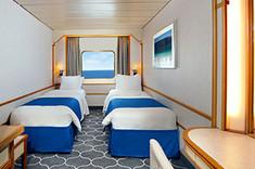 ツインベッドのベッドヘッドからは海の眺望を楽しめ、よりストレスフリーな客室です。