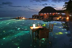 紺碧のインド洋を飾る26の珊瑚の環礁で知られる世界有数のリゾート地、モルディブ・北マーレ環礁のイチオシのリゾートホテル「フヴァフェンフシ」の情報ページです。フヴァフェンフシの設備やサービスからアクセスのコツ、周辺の観光のポイント、地図、ハイライト動画まで幅広くご案内しています。詳細はこちらからご覧ください。