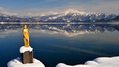 日本一深い湖として知られる秋田県・仙北市のイチオシの絶景スポット「田沢湖」の情報ページです。田沢湖の見どころ、ベストシーズン、アクセスのコツ、合わせて立ち寄りたい名所など観光のポイントから地図、ハイライト動画まで幅広くご案内しています。詳細はこちらからご覧ください。