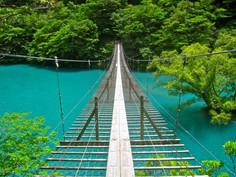 手つかずの自然が多く残る寸又峡の絶景で人気の静岡県・川根本町のイチオシの人気スポット「夢の吊り橋」の情報ページです。夢の吊り橋の見どころ、ベストシーズン、アクセスのコツ、合わせて立ち寄りたい名所など観光のポイントから地図、ハイライト動画まで幅広くご案内しています。詳細はこちらからご覧ください。