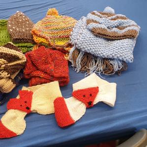 Mützen und Schals aus gespendeter Wolle