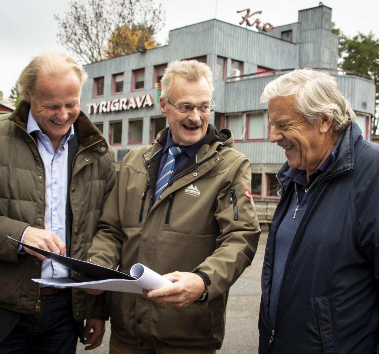 STORE PLANER: Børre Skiaker (t.v.) og Finn Eirik Eilertsen i KNA studerer skissene til nye Tyrigrava sammen med Ola Kleiven i NVK. (Foto: Rolf Magnus W. Sæther)