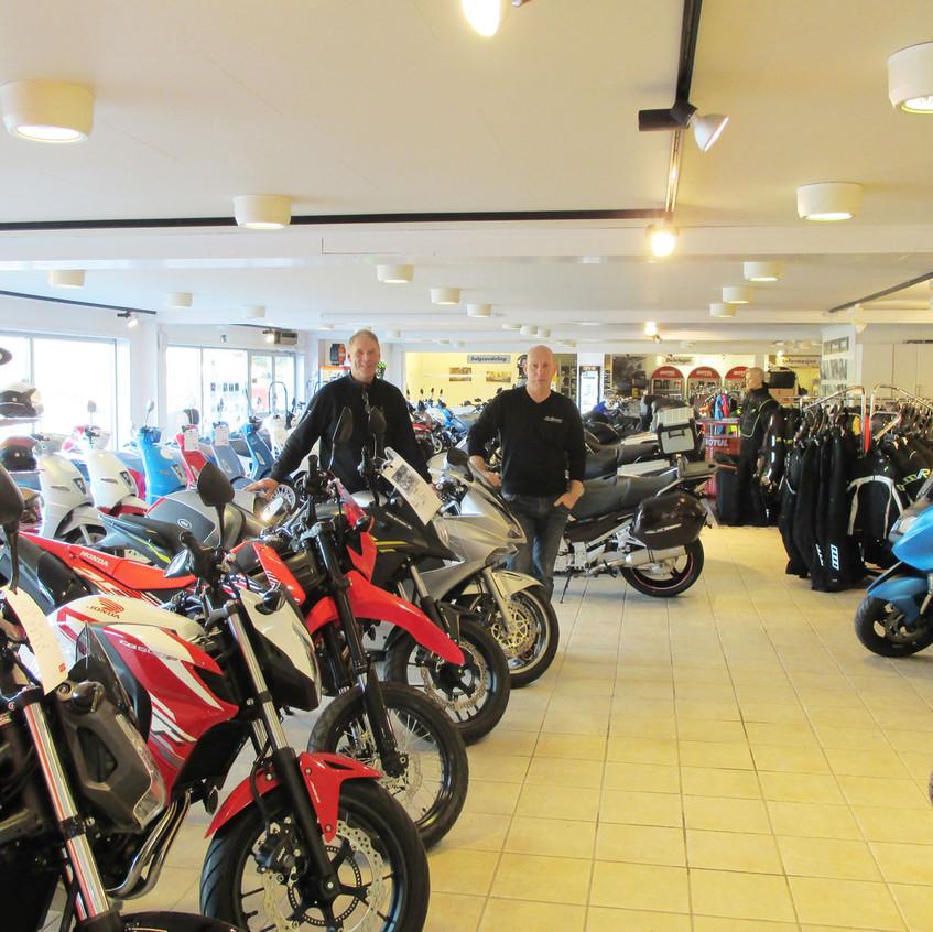 Det er ikke bare BMW-syklene som har fått nye omgivelser. Inne i hovedbutikken har Yamaha-, Honda- og Vespaavdelingene fått større plass.