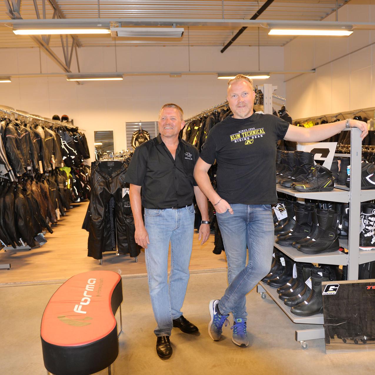 Daglig leder Jan Sekse (t.v.) kunne fortelle om et utrolig trøkk hele dagen. Her sammen med Viggo Hjermstad fra Ruco som blant annet leverer kjøreutstyr fra Klim og Scott, samt X-Lite hjelmer.