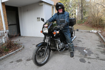 Arne Paulsen har parkert scooteren og er tilbake på Jawa