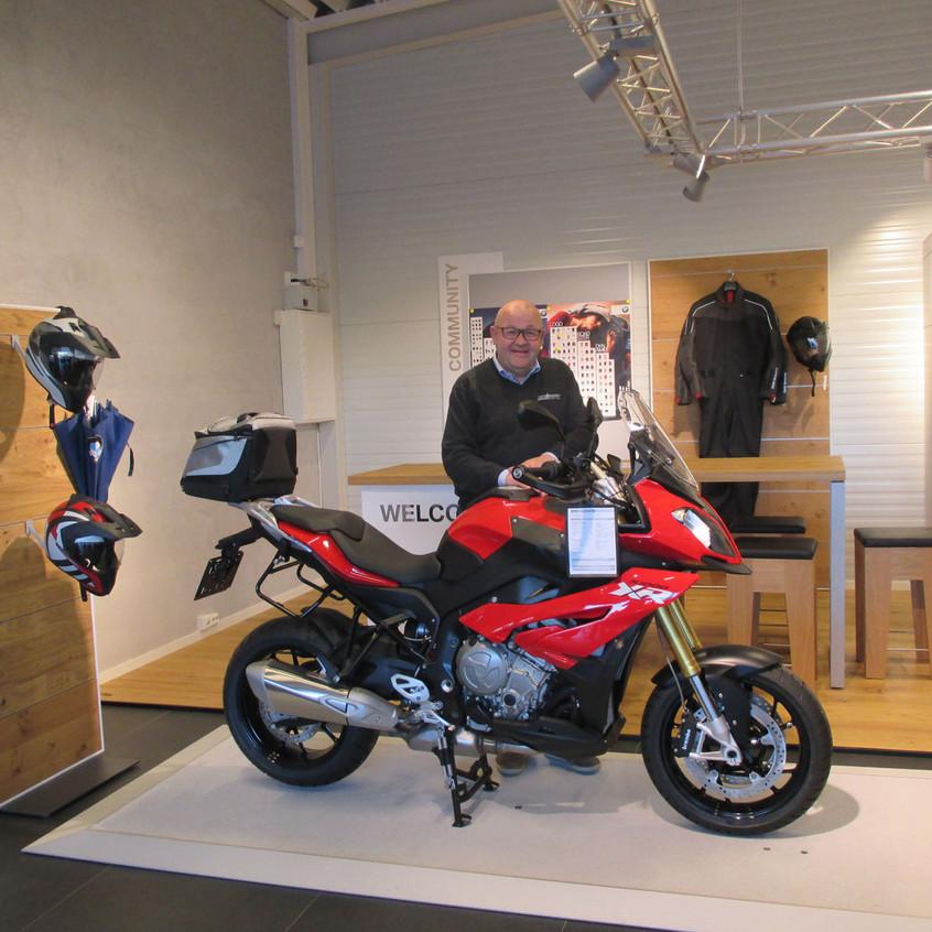 Selger Ola Stamrud er fornøyd med sin nye arbeidsplass. Her foran den nye BMW-kafeen.