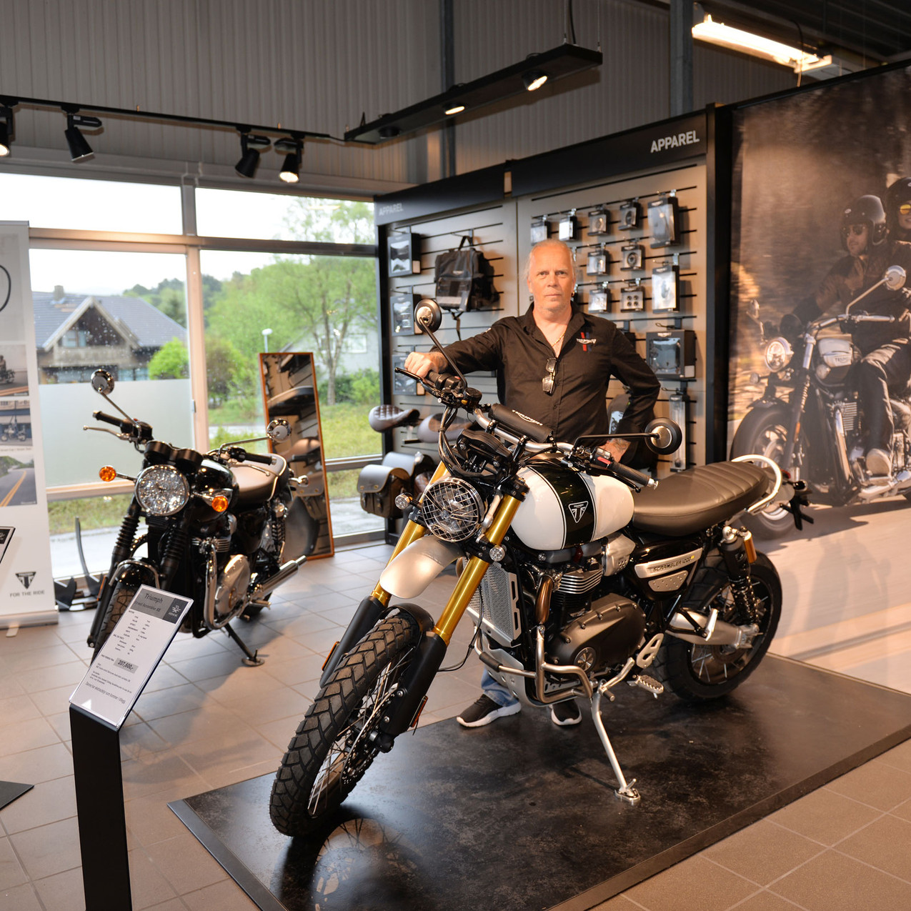 Tommy Victorén var kommet fra Triumph Scandinavia for å vise MC-kunder årets Triumph-utvalg. Her bak nyheten Triumph Scrambler.