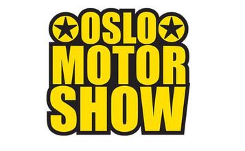 Siv Jensen holder appell og kjører racing på Oslo Motor Show