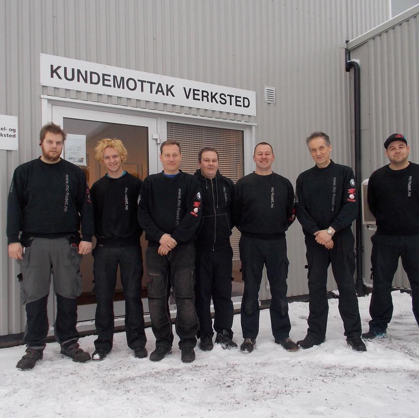 Hjertet i butikken er verkstedsavdelingen. Det er egen kundeinngang for verkstedet på siden av bygget. På bildet ser du fra venstre: Håkon Andersen, Gøran Strande Cae, Peder Marstad, Kenneth Løberg, Stephen Orr, Johnny Løvberg og Lars Erik Dæhli (delelager).