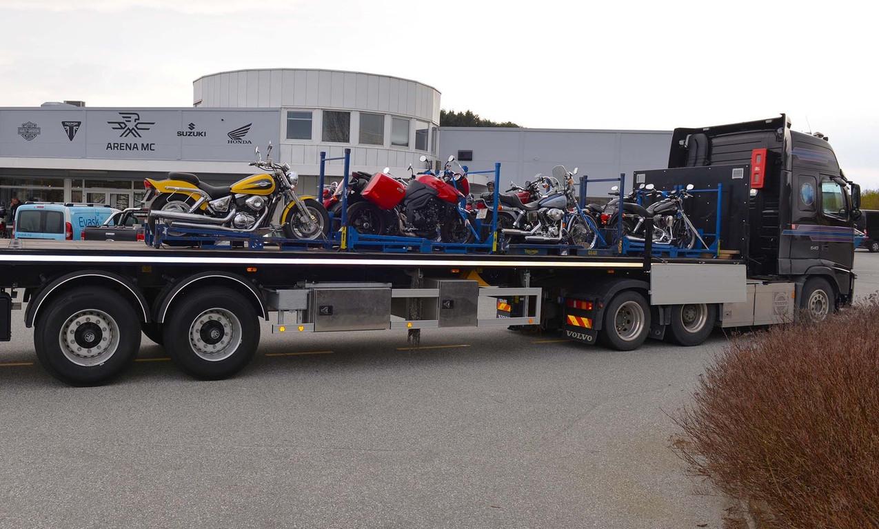 Motorsykler kjøres inn til Arena MCs lokaler.