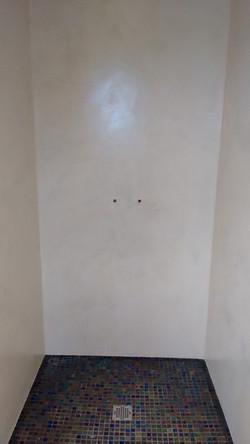 Murs de salle de bain en béton ciré