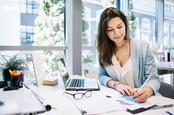 mujer-alegre-escribiendo-documentos_23-2