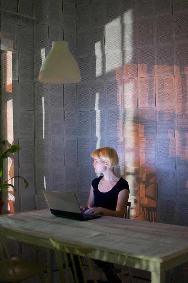 kirjoittaja huoneessaan.jpg