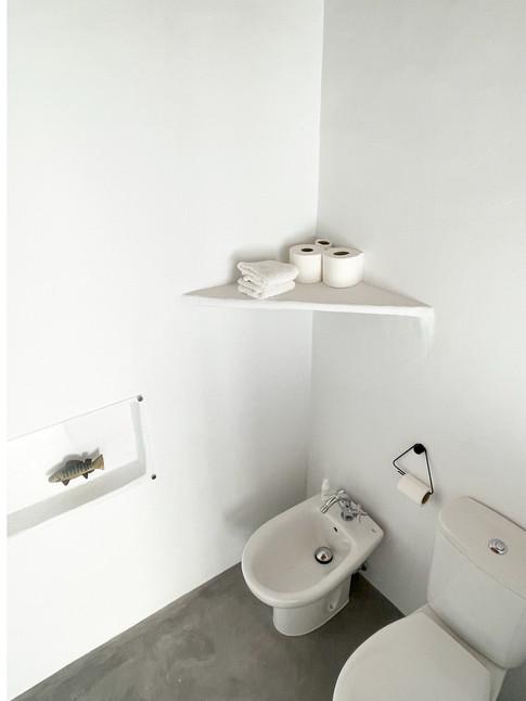 Cortijo el Grillo. Dormitorio blanco, cuarto de baño