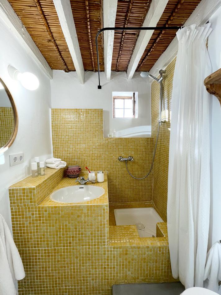Cortijo el Grillo. Baño dormitorio ocre