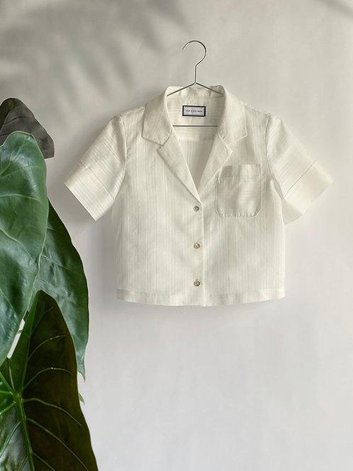 SHIRA - Crop length shirt with back pleats .