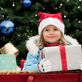 Девочка с новогодним подарком