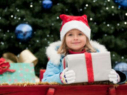 크리스마스 선물을 가진 어린 소녀