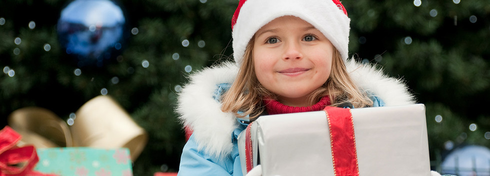 Petite Fille avec Cadeau