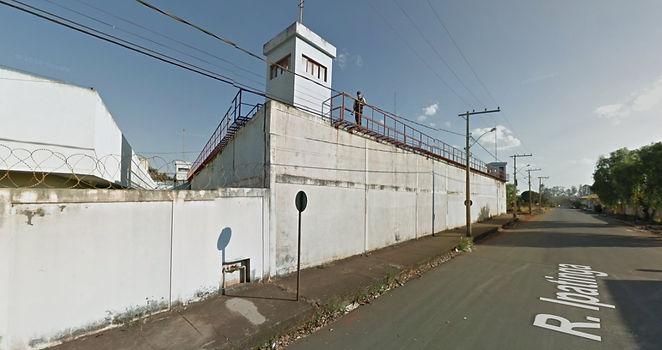Muros da Penitenciária de Patos de Minas, onde Rogério trabalha como policial penal   Foto: Google Earth/Reprodução