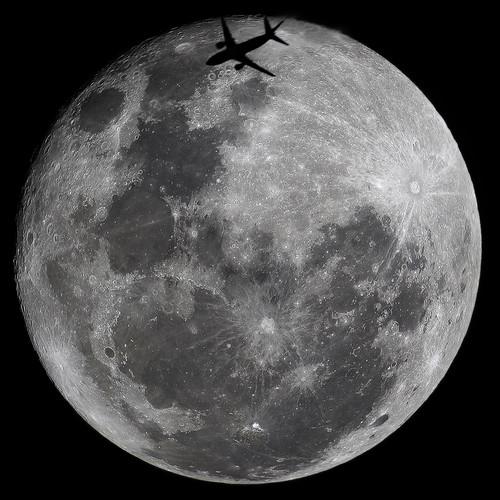 aviao passando na frente da lua cheia.jp