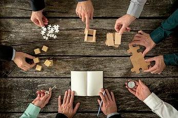 48105701-huit-hommes-d-affaires-planification-d-une-stratégie-de-promotion-de-l-entreprise