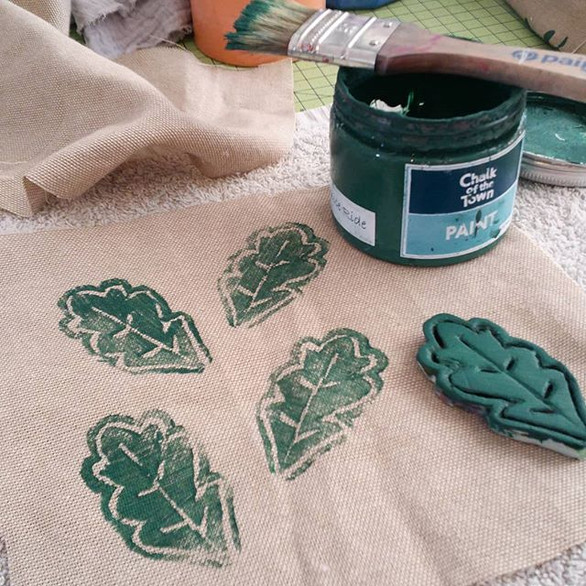 You can't find the design or colour fabric you want? Well, make it with Chalk of the Town, some stencils and DIY stamps!!