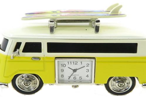Miniatura camper con tavole da surf