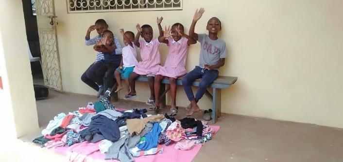Die Kinder mit neuen Kleidern