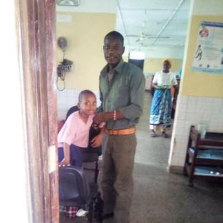 Omar und Boniface bei einem der regelmäßigen Besuche