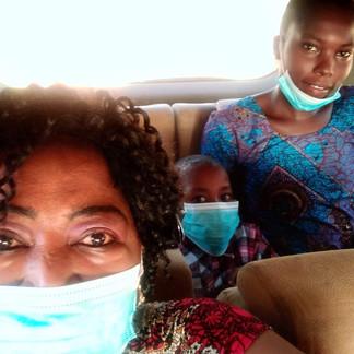 Heimleiterin Nuru, Omar & seine Pflegerin auf dem Weg zur Klinik