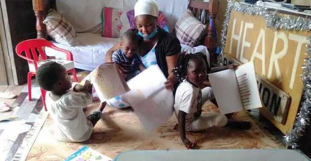 Die Jüngsten beim Unterricht im Heim
