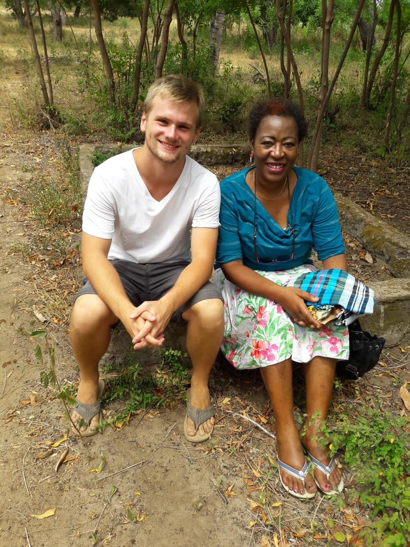 Die Heimleiterin Nuru und Timo