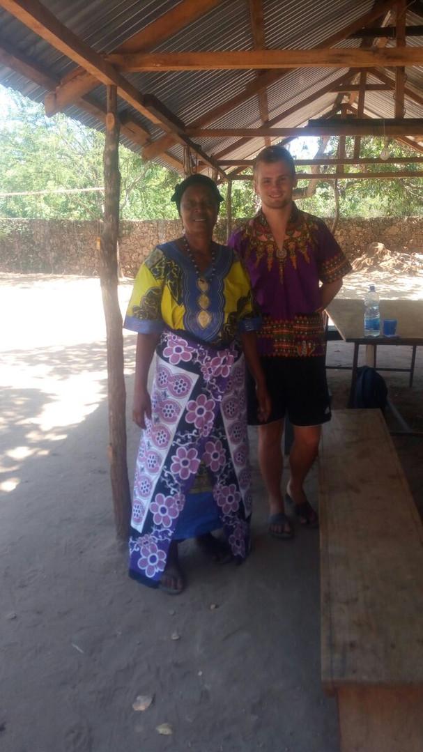 Nurus Mutter. Auch sie sammelt Geld- und Sachspenden für das Heim. Zudem versorgt sie die Kindern regelmäßig mit Mangos und anderen frischen Früchte von ihrer Farm