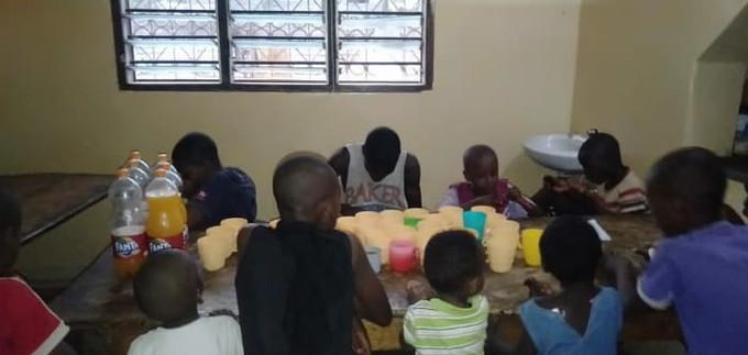 Die Kinder beim gemeinsamen Essen