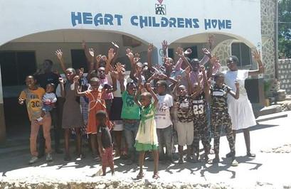 Gruppenfoto der Kinder und Mitarbeitenden