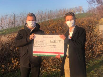 Übergabe des Spenden-Schecks zwischen Zukunftswaisend und PV Frankonia