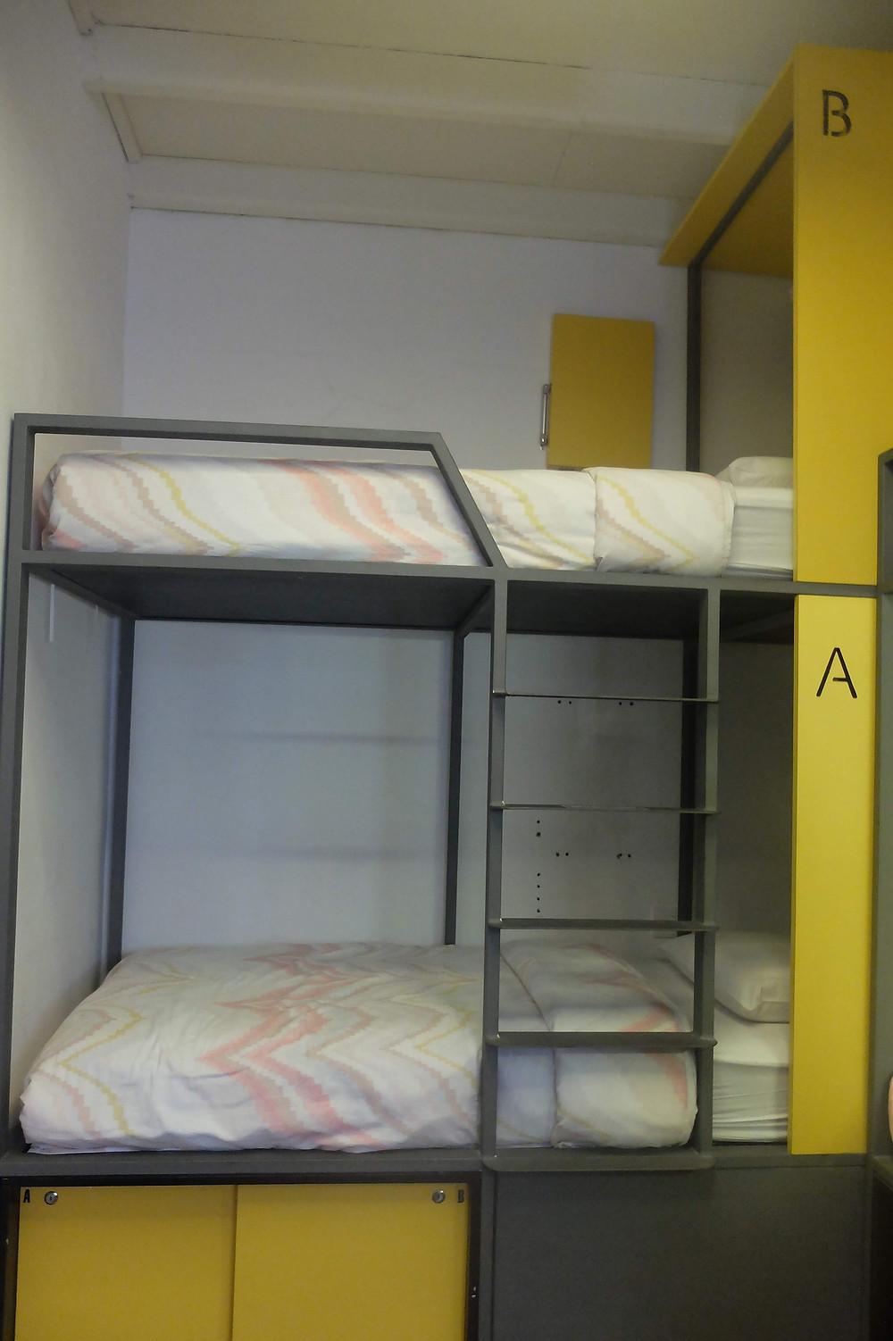 Setiap Bunk Bed dilengkapi loker disamping kasur (picture : K+AD Firma Ars)