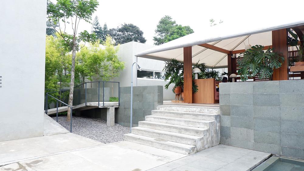 Tangga dan Ramp sebagai Penghubung antar Massa Bangunan. (Picture : K+AD Firma Arsitektur)