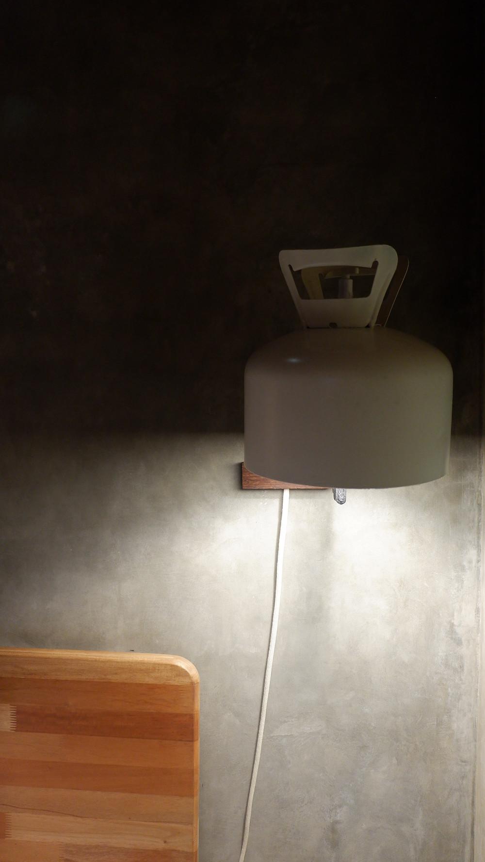 Tabung Gas 3 Kg sebagai Armatur Lampu di Kamar. (Image : K+AD Firma Arsitektur)