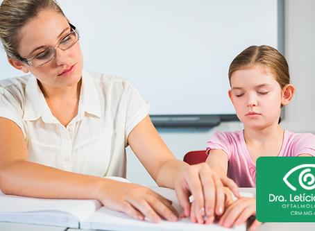 Professoras, como educar crianças com alguma deficiência visual?