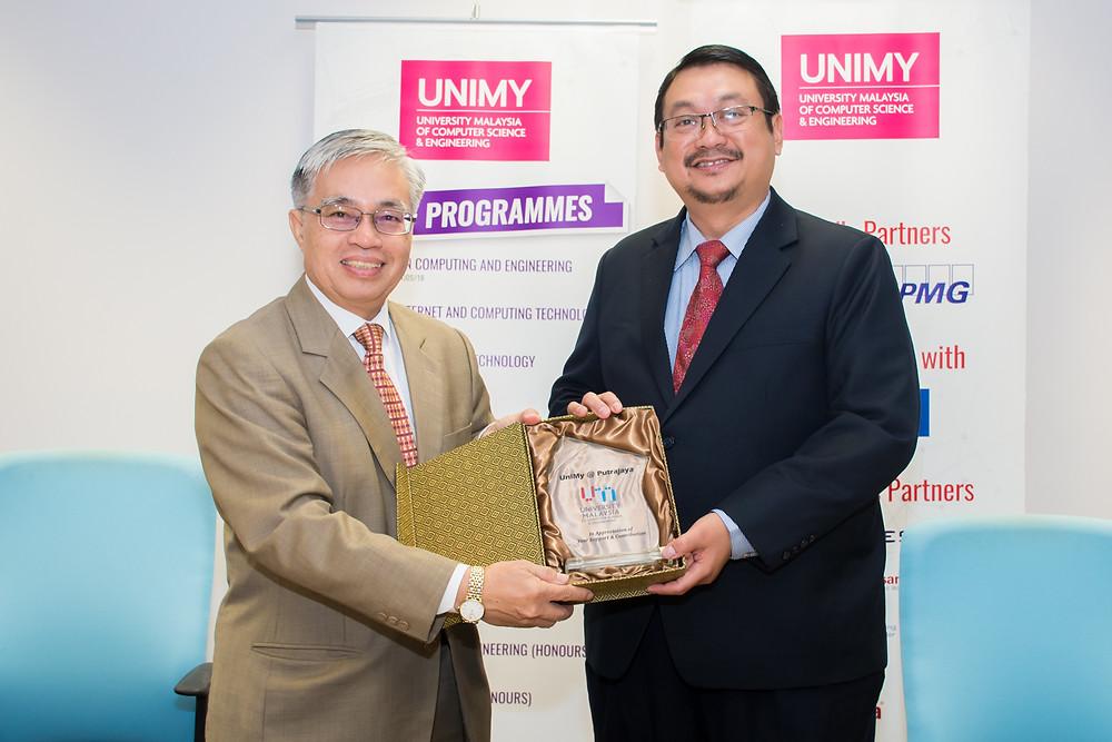 Vice Chancellor YBhg Prof Datuk Dr Khairuddin Ab Hamid (left) and CyberSecurity Malaysia represented by its CEO Dato' Dr. Haji Amirudin Bin Abdul Wahab (right).